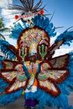 Souriant, le chef de danse de troope dans le costume brillamment coloré, exécute dans Junkanoo, un festival traditionnel d'île en  Image libre de droits