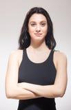 Souriant un maillot de bain de nageuse de jeune femme, bras croisés photos libres de droits