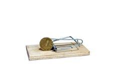 Souricière à clapet chargée avec l'amorce sous forme de pièce de monnaie en cuivre Photographie stock