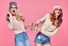 Sourire étonné deux par jeunes femmes Ayant l'amusement fou Images libres de droits