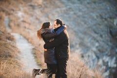 Sourire étreignant l'homme et la femme Photos libres de droits