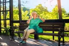 Sourire aîné de femme Photographie stock libre de droits
