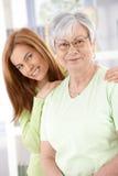 Sourire aîné de mère et de descendant Photo libre de droits