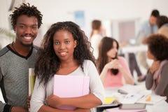 Sourire africain d'étudiants universitaires Photo stock