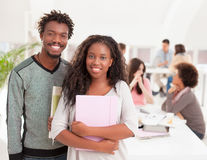 Sourire africain d'étudiants universitaires Photographie stock