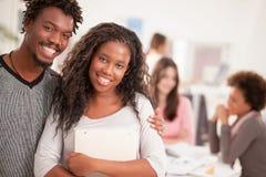 Sourire africain d'étudiants universitaires Photos stock