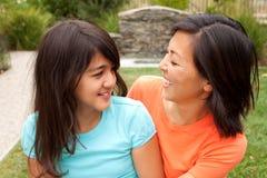 Sourire asiatique affectueux de mère et de fille Photographie stock