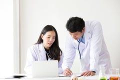Sourire asiatique de deux travailleurs médicaux Portrait de docteur asiatique Chemi photographie stock libre de droits