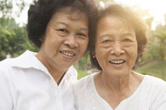 Sourire asiatique de famille d'aînés extérieur Photographie stock libre de droits