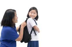 Sourire asiatique mignon d'étudiant avec sa mère Image stock
