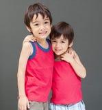 Sourire asiatique mignon d'enfant de mêmes parents heureux Photos stock