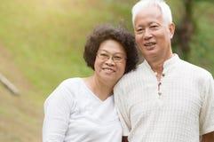Sourire asiatique plus âgé de couples extérieur Image libre de droits