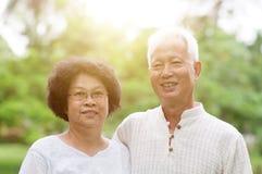 Sourire asiatique plus âgé heureux de couples Image libre de droits