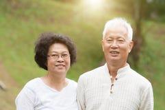 Sourire asiatique supérieur de couples extérieur Image stock