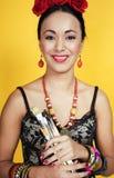 Sourire assez mexicain de femme de jeunes heureux sur le fond jaune, l photographie stock libre de droits