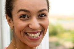 Sourire avec du charme Photo libre de droits