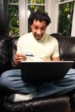 Sourire avec par la carte de crédit images libres de droits