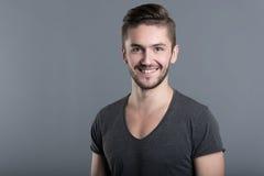 Sourire barbu avec plaisir d'homme images libres de droits