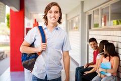 Sourire beau d'étudiant universitaire Photo libre de droits