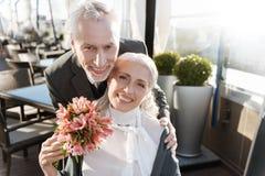 Sourire blond avec plaisir positif du bonheur Photo libre de droits