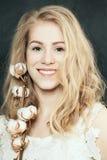 Sourire blond de femme d'élégance Photographie stock libre de droits