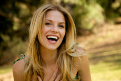 sourire blond de fille toothy Photo stock