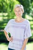Sourire blond de sourire à l'appareil-photo Image stock
