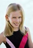 Sourire blond heureux de fille photo stock