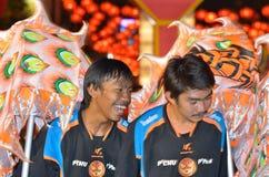 Sourire chinois de danseur de dragon Photographie stock libre de droits