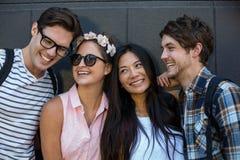 Sourire d'amis de hanche Images stock