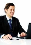 Sourire d'homme d'affaires d'ordinateur portatif images stock