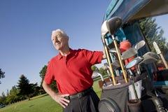 sourire d'homme de golf de chariot prochain à Photographie stock libre de droits