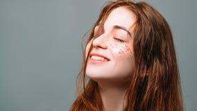 Sourire d'inspiration de relaxation de jeune femme rêveur photos stock