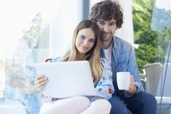 sourire d'ordinateur portatif de couples Photos stock