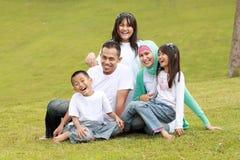 Sourire d'une momie et d'un papa avec leurs gosses Photo libre de droits