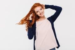 Sourire dame rousse assez jeune photographie stock