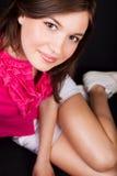 Sourire de belle femme avec la peau propre lisse photos stock