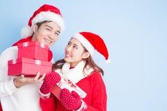 Sourire de couples avec le Joyeux Noël Photos libres de droits