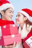 Sourire de couples avec le Joyeux Noël Photos stock
