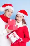 Sourire de couples avec le Joyeux Noël Photo libre de droits