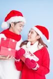 Sourire de couples avec le Joyeux Noël Images libres de droits