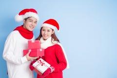 Sourire de couples avec le Joyeux Noël Photographie stock