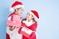 Sourire de couples avec le Joyeux Noël Photographie stock libre de droits