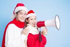 Sourire de couples avec le Joyeux Noël photo stock