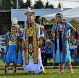 Sourire de danseurs de famille de Micmac de natif américain Image libre de droits