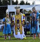 Sourire de danseurs de famille de Micmac de natif américain Photographie stock