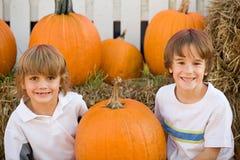 Sourire de deux garçons Images libres de droits