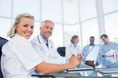 Sourire de deux médecins Image stock