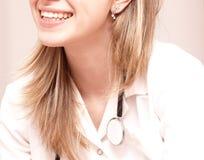 Sourire de docteur image stock