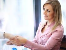 Sourire de femme d'affaires Photos stock